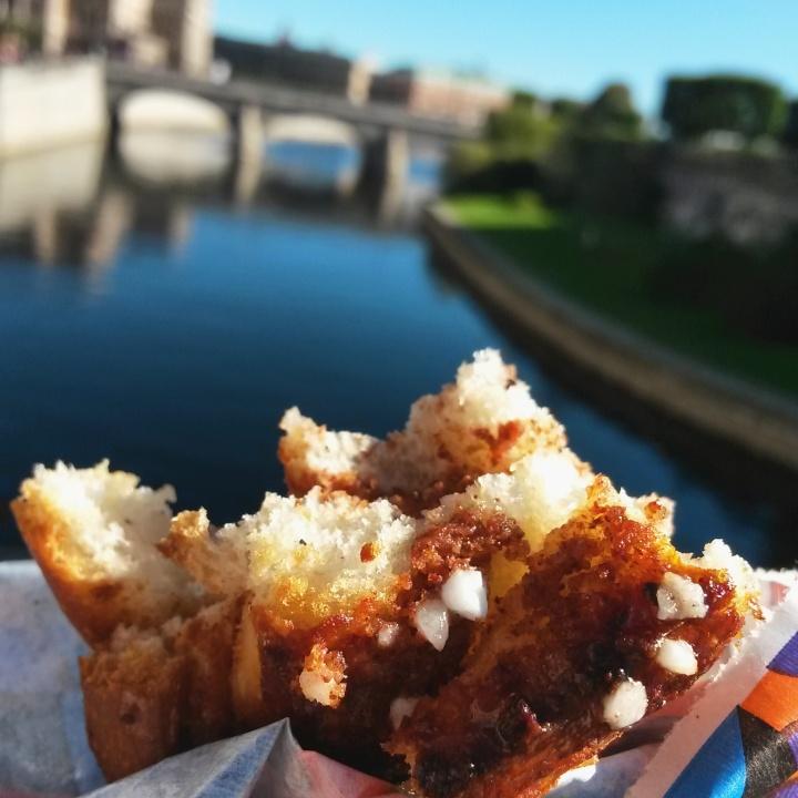 Brod und Salt cinammon bun by the river