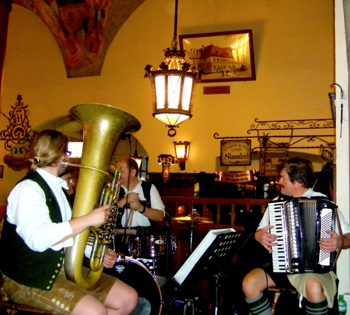 Hofbraeuhaus band playing